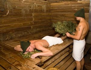 Как правильно париться с веником в бане: польза для здоровья