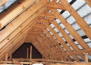 Установка стропил на крыше деревянного дома