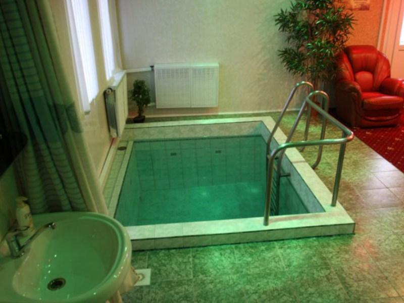 Баня с большим бассейном