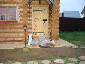 Баня с деревянными дверьми
